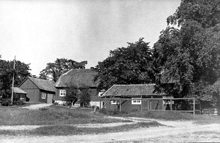 Gårdsplanen med hönshuset som ursprungligen var bakstuga