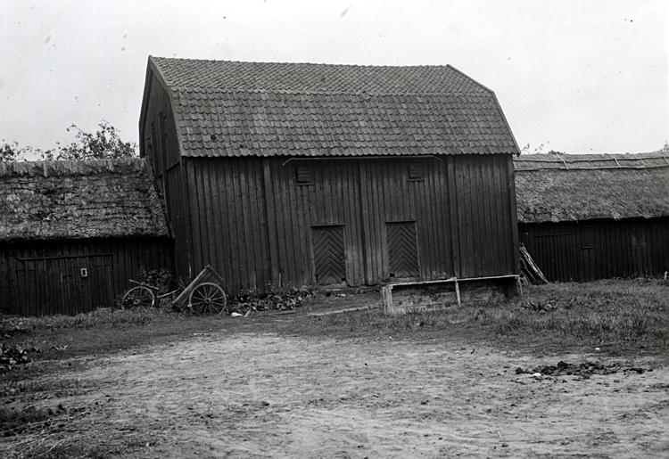 I den vänstra delen ligger idag kaninstallet, i den mittersta ligger café och kontor, och i den högra är det stall för fyra hästar. Den vänstra delen brann på 80-talet men byggdes upp i liknande stil.